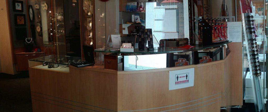 Kassenthekenbereich und Beratungstisch für Armbanduhren