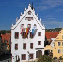 Stadtuhr zeigt Rathaus in Wemding mit Akarden