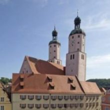 Stadtuhr zeigt Stadtpfarrkirche St. Emmeram